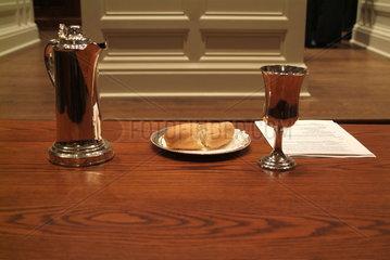 Brot und Wein - christliche Symbole fuer die Wiederauferstehung Jesus Christus