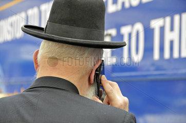 Ein orthodoxer Jude telefoniert mit seinem Handy