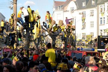Dortmunder Fussball-Fans feiern die Meisterschaft von Borussia Dortmund