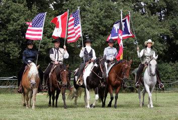 Hannover  Deutschland  Westernreiter mit Nationalfahnen