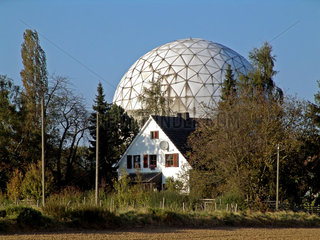 Wohnhaus an Radioteleskop der FGAN