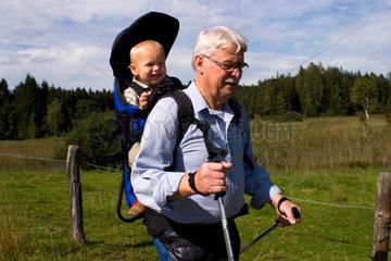 Grossvater mit Enkel beim Wandern