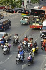 Strassenverkehr an der Kreuzung Rama 1 Road und Phaya Thai Road / Bangkok /