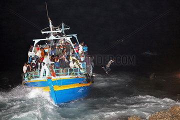 Havarie eines ueberladenen Fluechtlingsbootes vor Lampedusa