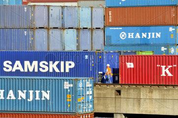 Container im Duisburger Binnenhafen