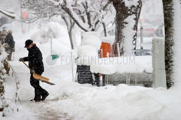 Winterdienst  Schneeraeumung auf dem Gehweg
