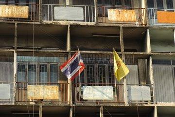 Thailaendische Flagge an einer Hausfassade / Bangkok / Thailand / SUEDOSTASI