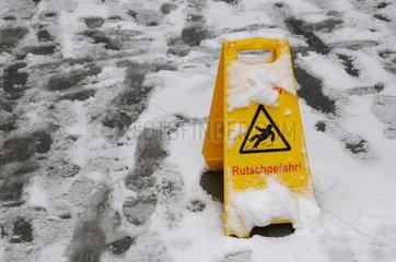 Rutschgefahr wegen Schneeglaette