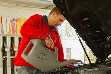 Autopflege an der Tankstelle