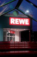 REWE-Markt bei Nacht