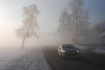 Strassenverkehr im Nebel