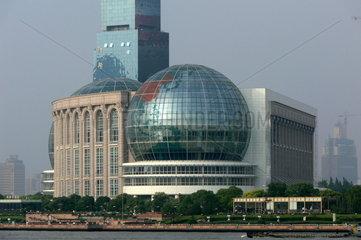 Blick auf die Skyline von Pudong mit dem Oriental Pearl Tower