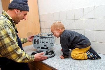 Kleiner Junge mit Werkzeugkasten