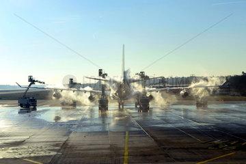 Enteisung einer Boeing B747 Jumbojet auf dem Frankfurter Flughafen