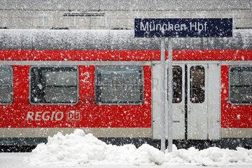 Muenchen Hbf Regionalzug im Schnee