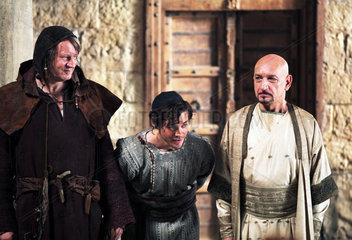 Medicus-Filmset  Ufa: Tom Payne (Rob Cole) und Ben Kingsley (Ibn Sina) in ihren Kostuemen vor Kulisse