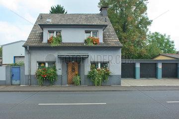 Blumengeschmuecktes Einfamilienhaus