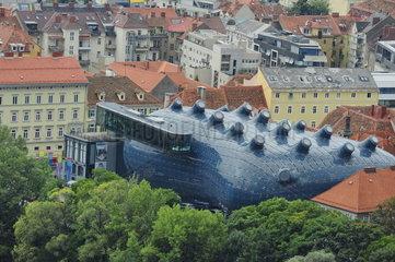 Blick vom Schlossberg auf das Kunsthaus Graz