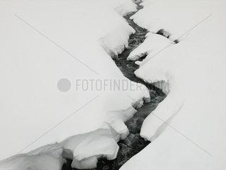 Eingeschneiter Flusslauf