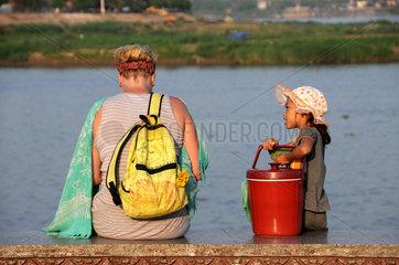 Maedchen und Touristin in Phnom Penh
