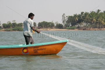 Fischer in einem Fischerboot der Aktion Deutschland Hilft