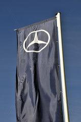 Mercedes-Flagge vor dem Mercedes Benz-Museum  Stuttgart