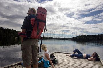 Norwegen  Touristen auf einem Steg am Sognsvann-See