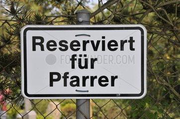 Parkplatz reserviert fuer Pfarrer