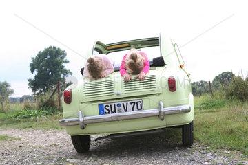 Zwei Kinder auf einem 'VESPA 400'