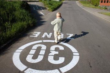 Ein kleiner Junge auf dem Weg zur Post