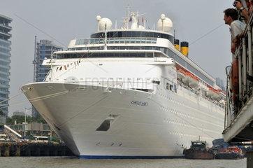 Shanghai  Kreuzfahrtschiff auf dem Hoangpu Fluss