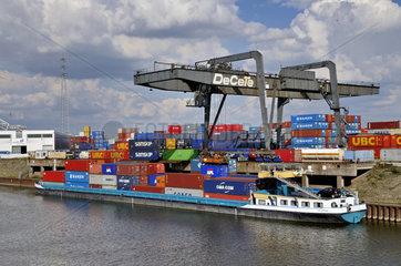 Containerschiff im Binnenhafen Duisburg