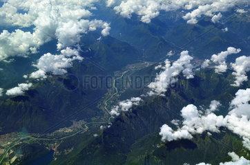 Luftaufnahme der Tessiner Alpen und des Lago Maggiore bei Verbania