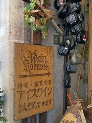 Weinhandlung mit japanischer Werbung in Rothenburg
