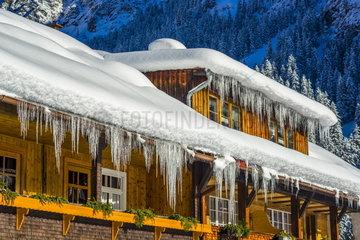Eiszapfen einem einem Gaestehaus bei Oberstdorf
