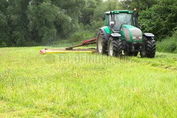 Traktor mit Maehmaschine