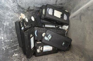 alte VHS-Videokassetten im Muell