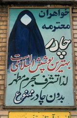 Islamische Bekleidungsvorschriften - ein Hinweisschild im iranischen Qom