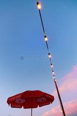 Langnese Sonnenschirm und Partybeleuchtung in Abendstimmung