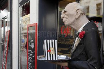 Butler-Figur vor einem Leysieffer-Schokoladengeschaeft