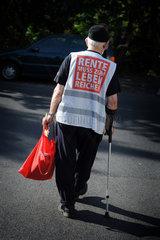 Berlin  Deutschland  alter Mann mit dem Slogan: Rente muss zum Leben reichen