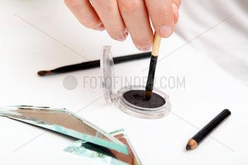 Schoenheitswahn: Schminken und zerschlagener Spiegel