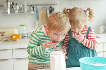 Kinder backen einen Kuchen