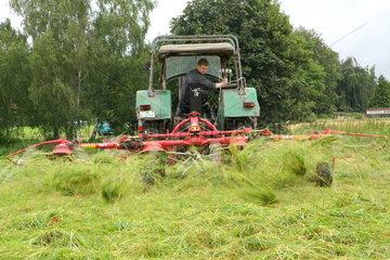 Traktor mit Heuwender