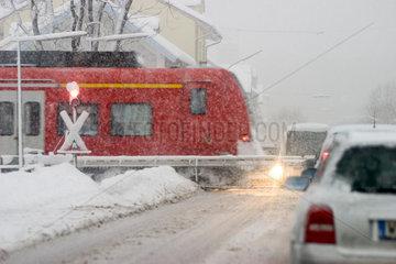 Bahnuebergang im Schnee