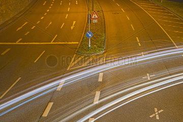 Lichtspuren von Autos auf einer naechtlichen Strasse