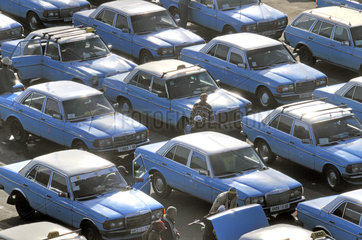 Taxistand an einem Verkehrsknotenpunkt in Marokko
