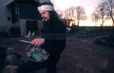 Zehdenick  Deutschland  Mann stellt Weihnachtsgestecke her