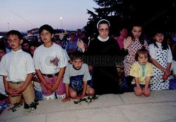 Medjugorje  Bosnien und Herzegowina  Nonne mit Kindern im Wallfahrtsort
