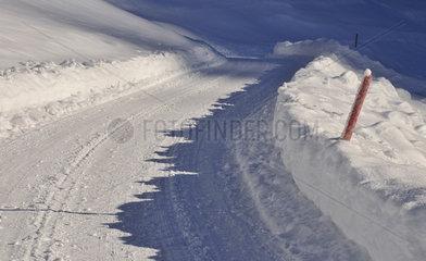 Schneebedeckte Strasse im Oytal  Bayern.